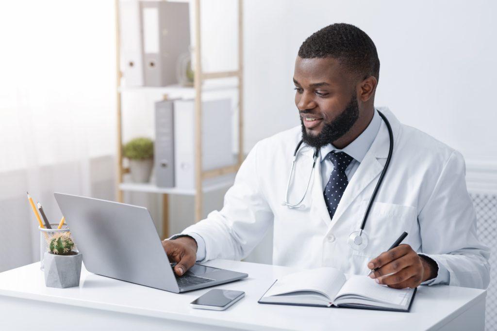 Friendly Black Doctor Making Online Check Up Using 9yzerzu (2) - RA Soluções Corporativas | Contabilidade no Rio de Janeiro e para todo o Brasil