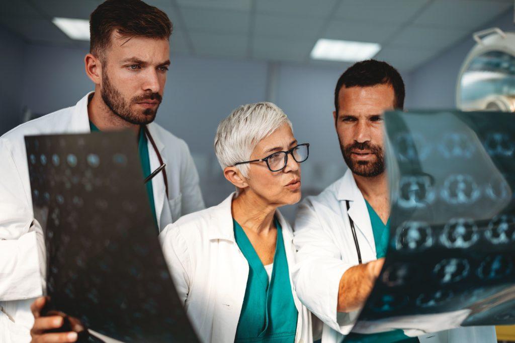 Group Of Doctors Examining An X Ray In Hospital To 8rv8add - RA Soluções Corporativas | Contabilidade no Rio de Janeiro e para todo o Brasil